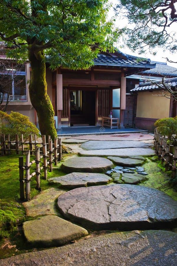 Passaggio pedonale in un giardino giapponese immagini stock