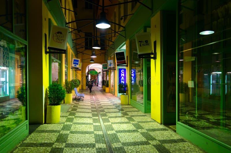 Passaggio sulla via di Celetna nel centro storico della citt? di Praga, repubblica Ceca, uguagliante vista fotografie stock libere da diritti