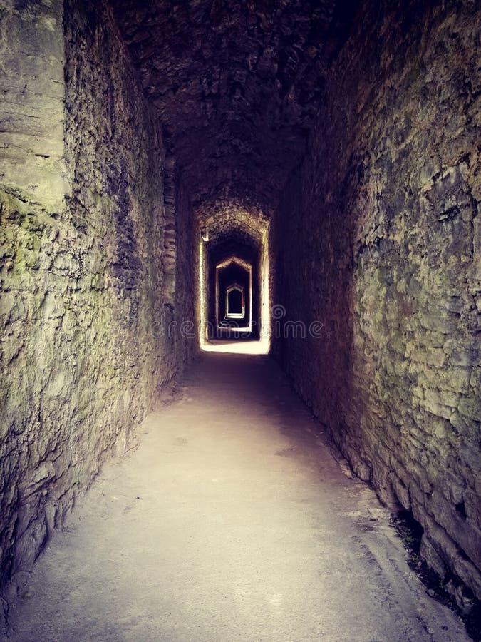 Passaggio terrificante in un castello fotografie stock libere da diritti