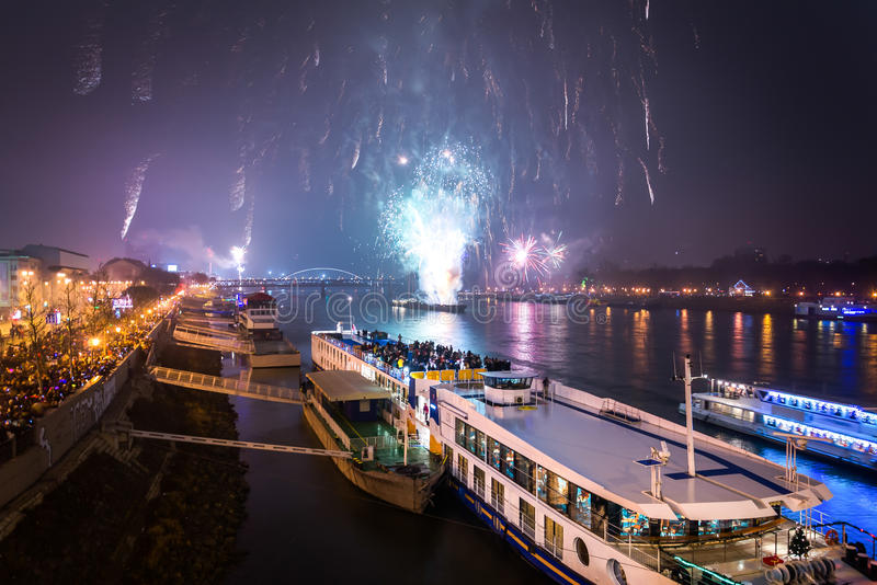 Passagier-Boot mit Feuerwerken im Hintergrund lizenzfreies stockbild