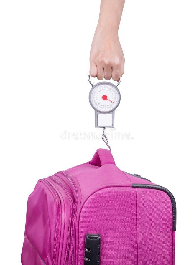 Passagier, der Gepäckgewicht mit Skala vor Flug isola überprüft lizenzfreie stockfotos