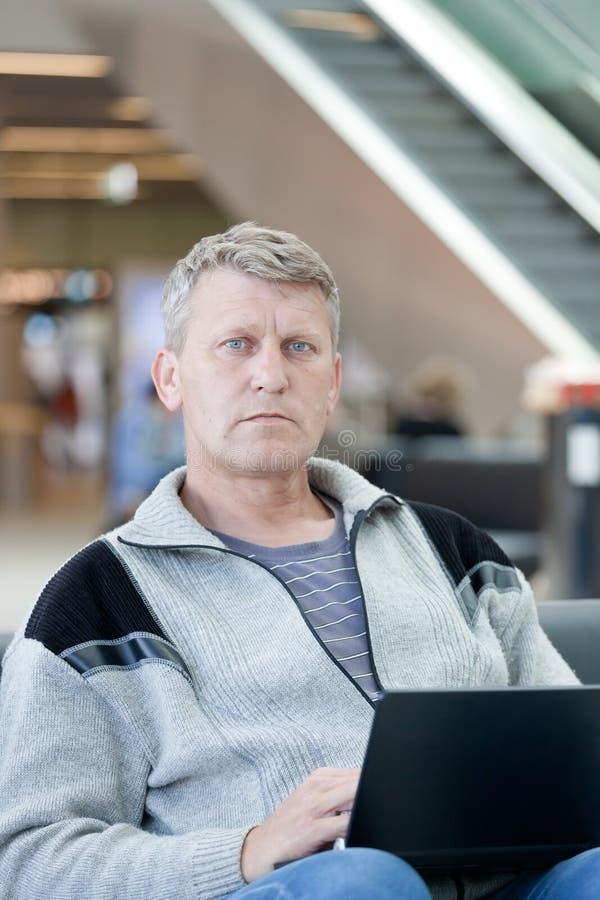 Passagier die op vlucht wachten stock afbeelding