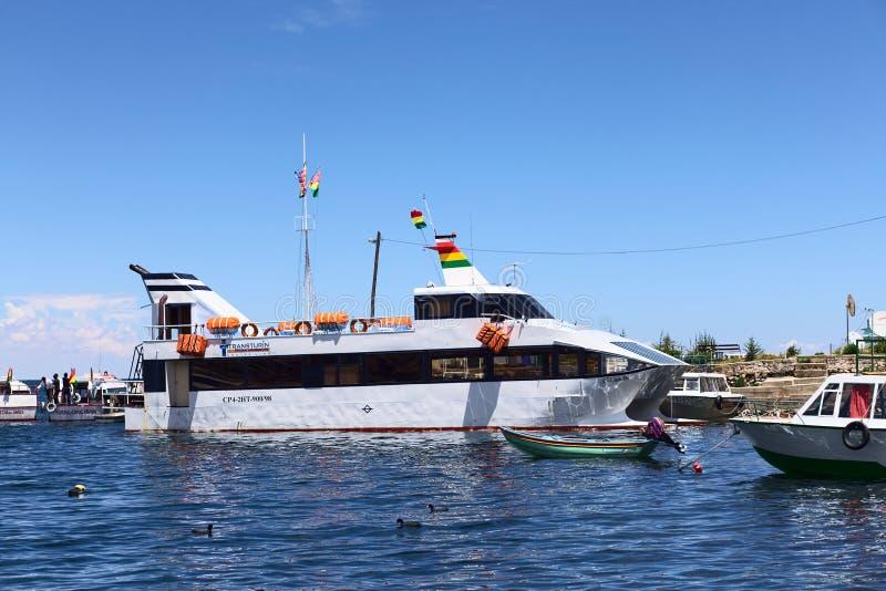 Passagier-Fähre in Copacabana auf Titicaca-See in Bolivien stockfotografie