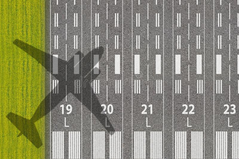 Passagier- oder Frachtluftfahrtgesch?ft Rollbahn des Flughafens mit Schatten der Landung oder der Startflugzeuge Konzept von avia stockfoto