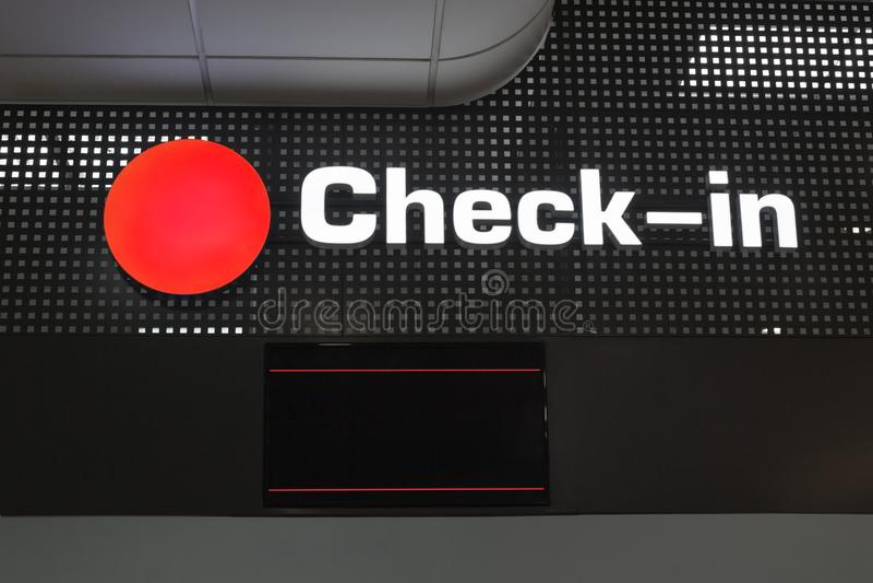 Passagierausrichtung überprüfen herein Schreibtisch am internationalen Flughafen lizenzfreie abbildung
