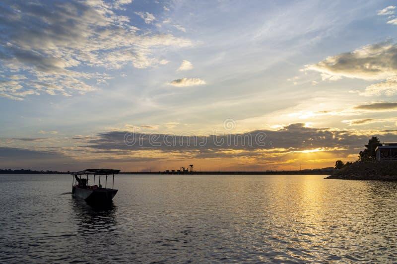 Passagierboote über der Seite der Verdammung Glättung der Atmosphäre entlang dem Wasser in der Verdammung stockbilder