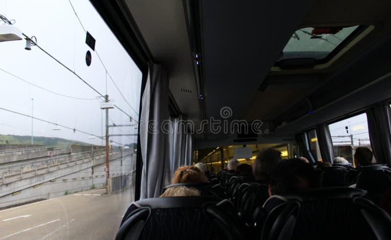 Passagierbus, der Eurotunnel-Zug Großbritannien verschalt lizenzfreie stockbilder