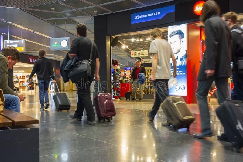 Passagiere auf ihrer Weise zu Flug L an einem Flughafen stockfotografie