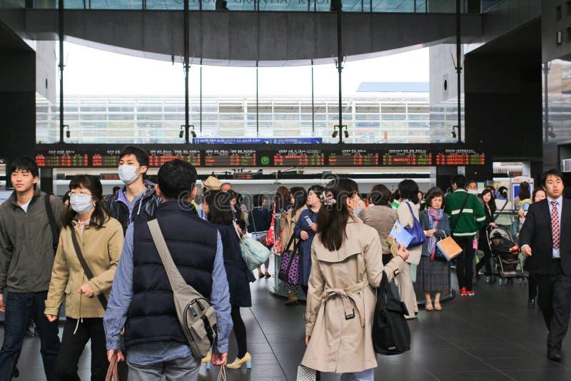Passagiere am Bahnhof in Nagoya, Japan stockbilder