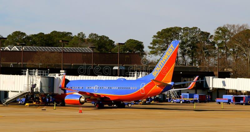 Passagiere besteigt ein Southwest Airlines-Flugzeug lizenzfreie stockfotografie