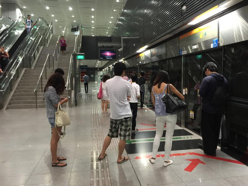 Passagiere an der Untertagezugplattform stockbild