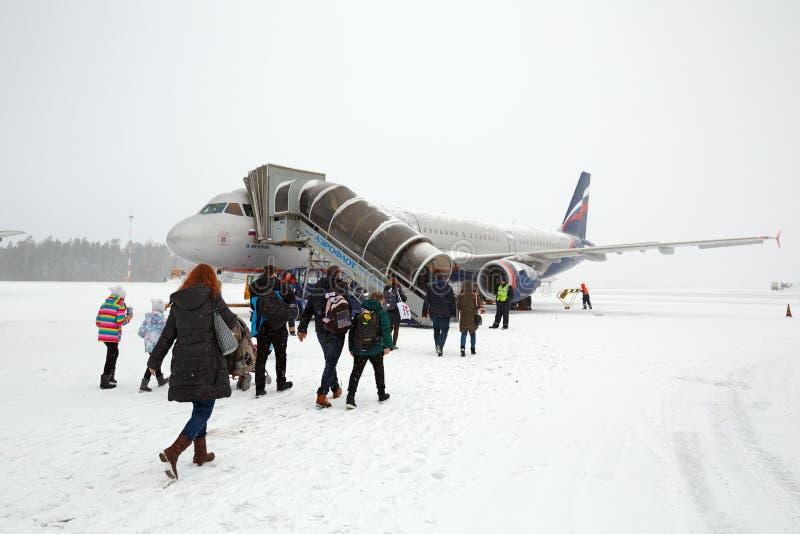 Passagiere, die auf den Flugplatz gehen Sheremetyevo-Flughafen, Moskau, Russland lizenzfreies stockfoto