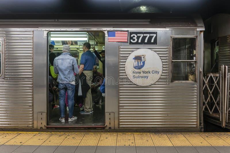 Passagiere, die auf eine Untergrundbahn in New York City reisen lizenzfreie stockbilder
