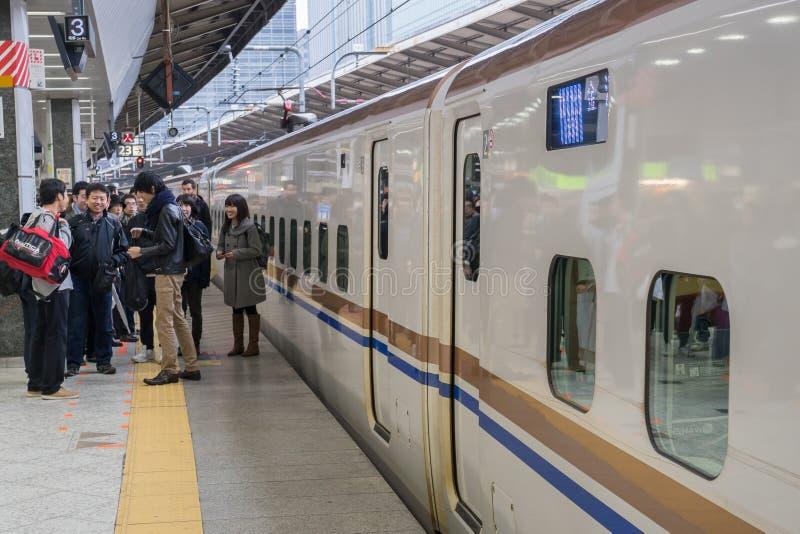 Passagiere, die auf Shinkansen-Kugelzug warten lizenzfreies stockbild