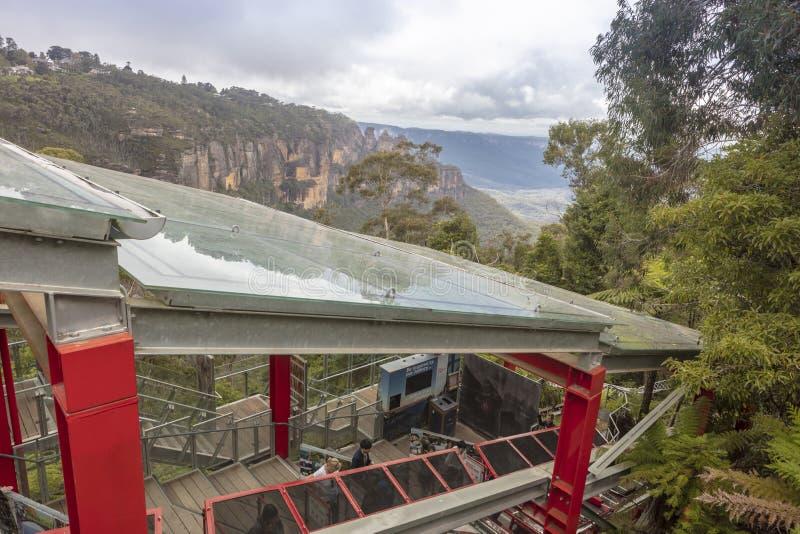 Passagiere, die den funikulären Zug im blaue Gebirgsnationalpark sich einschiffen stockfotografie