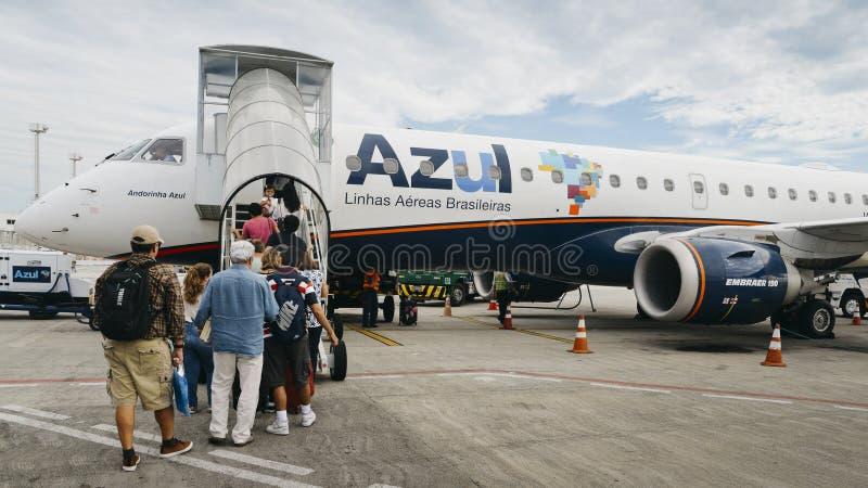 Passagiere, die ein Azul-Flugzeug auf dem Asphalt bei Rio de Janeiro, Brasilien verschalen stockfotografie