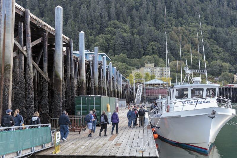 Passagiere, die ein Boot in Juneau-Hafen Alaska verschalen lizenzfreie stockbilder