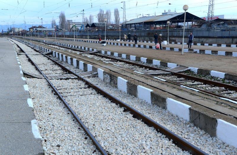Passagiere, die Zug in Sofia Bulgaria, am 25. November 2014 warten lizenzfreie stockbilder