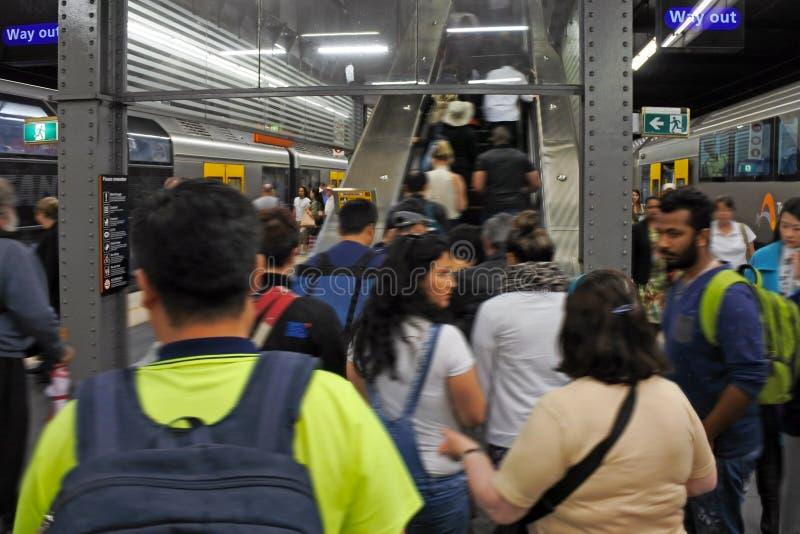 Passagiere gehen von Sydney Trains an Bahnhof Rathauses herein weg stockbild