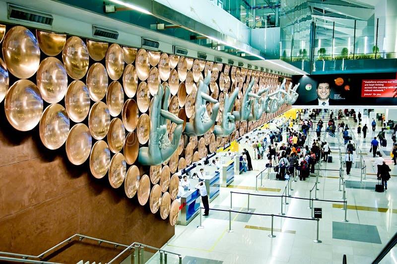 Passagiere kommen zu Abfertigungsschaltern bei Indira Gandhi International Airport lizenzfreie stockbilder