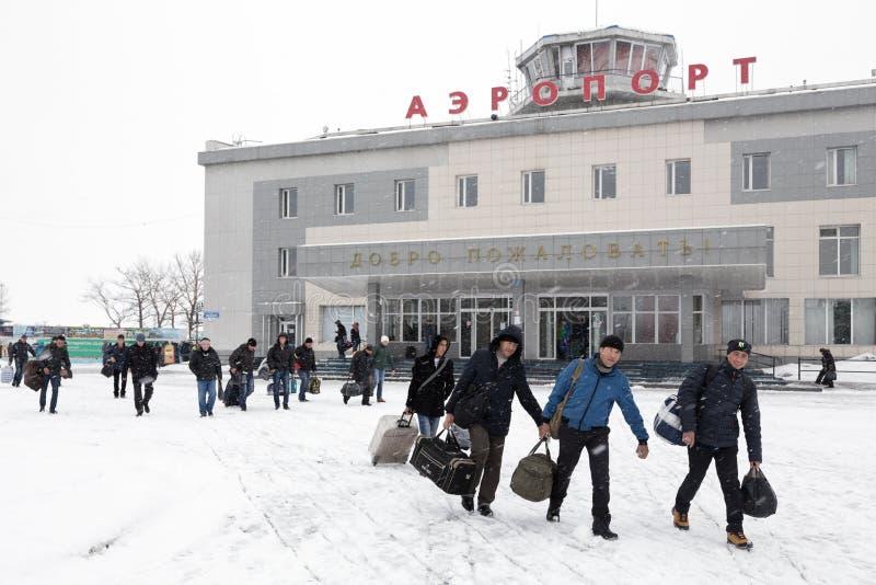 Passagiere mit Gepäck zum Hintergrundflughafenabfertigungsgebäude Petropawlowsk-Kamchatsky Kamchatka, Ferner Osten, Russland stockbilder