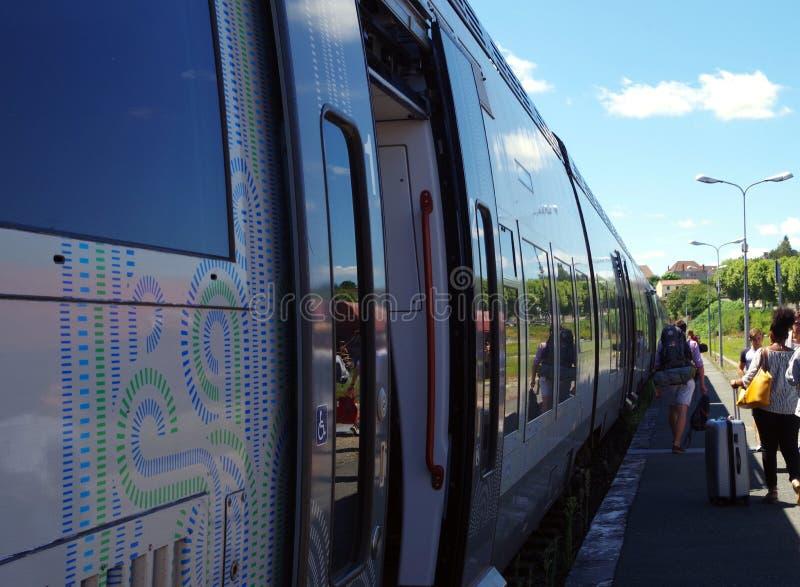 Passagiere und Nahverkehrszug während der Sommerzeit lizenzfreie stockfotos