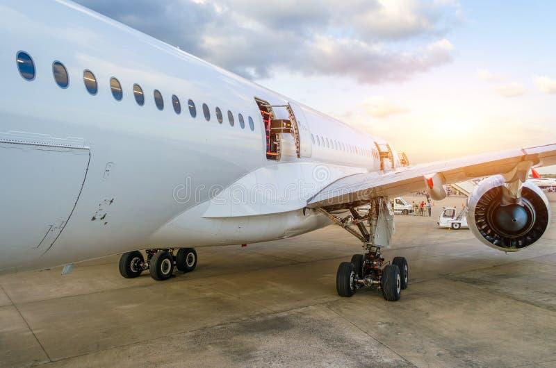 Passagierflugzeugöffnungen, Türen, Flügel Ansicht vom Endstück stockfotografie
