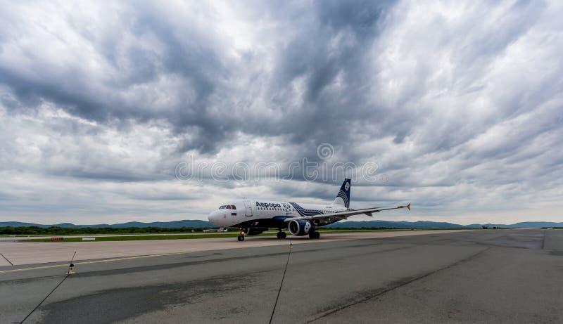 Passagierflugzeug Airbus A319 der Aurorafirma auf Flugplatz Drastischer bewölkter Himmel auf Hintergrund stockfoto