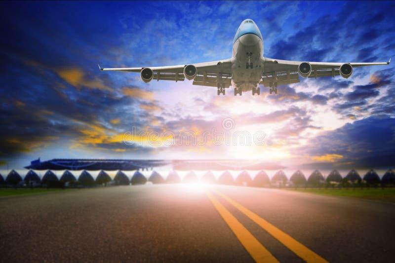 Passagierflugzeug, das über Flughafenrollbahn, reisendes Thema fliegt lizenzfreie stockbilder