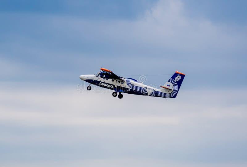 Passagierflugzeug De Havilland Kanada DHC-6-400 der Aurorafirma in einem Himmel lizenzfreie stockfotos