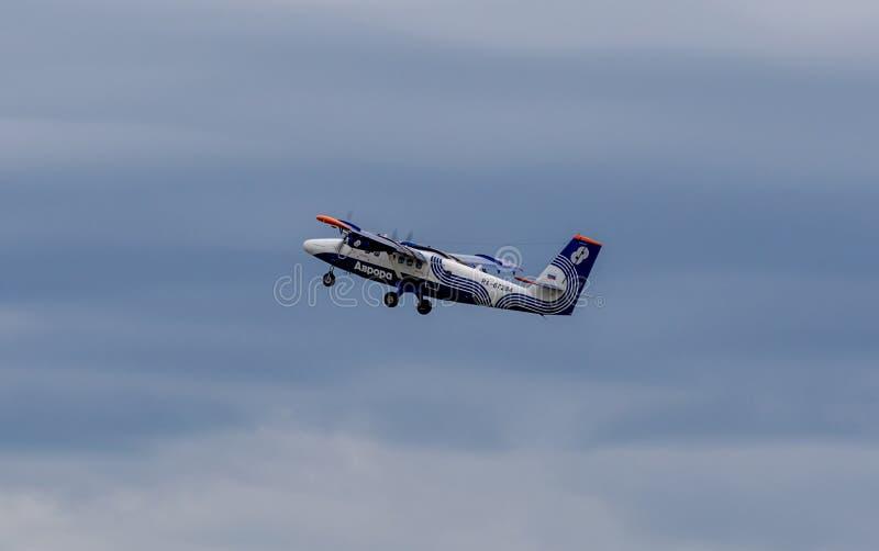 Passagierflugzeug De Havilland Kanada DHC-6-400 der Aurorafirma in einem Himmel stockfoto