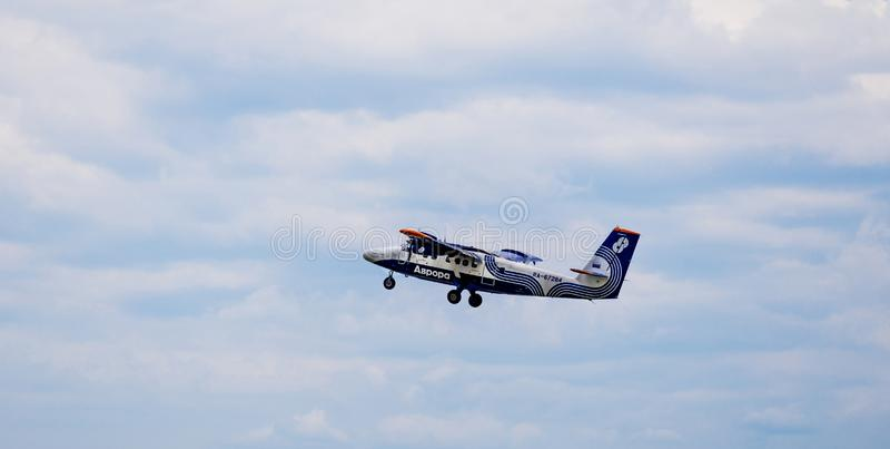 Passagierflugzeug De Havilland Kanada DHC-6 der Aurorafirma in einem Himmel stockfotografie