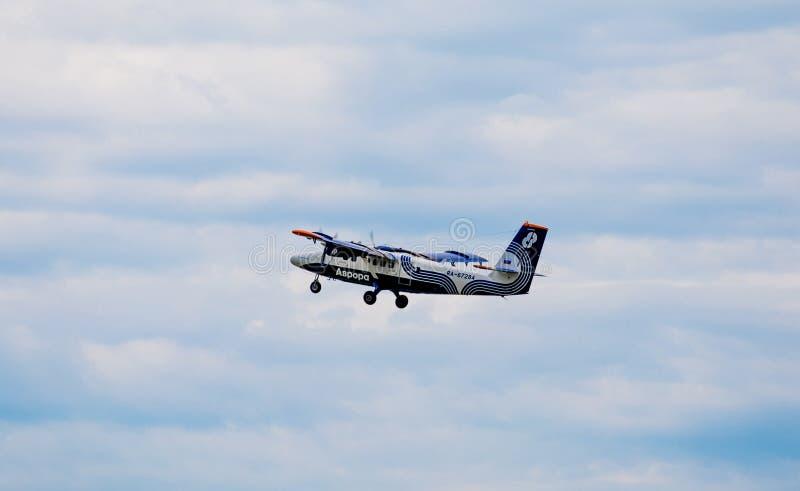 Passagierflugzeug De Havilland Kanada DHC-6 der Aurorafirma in einem Himmel lizenzfreie stockfotografie