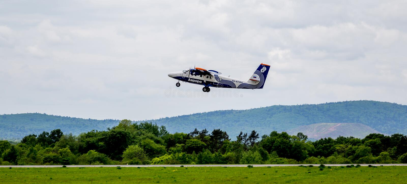 Passagierflugzeug De Havilland Kanada DHC-6 der Aurorafirma entfernt sich stockfotos