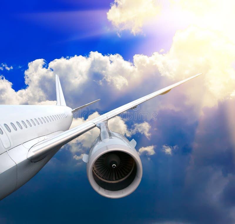 Passagierflugzeug in den Wolken. lizenzfreie stockfotografie