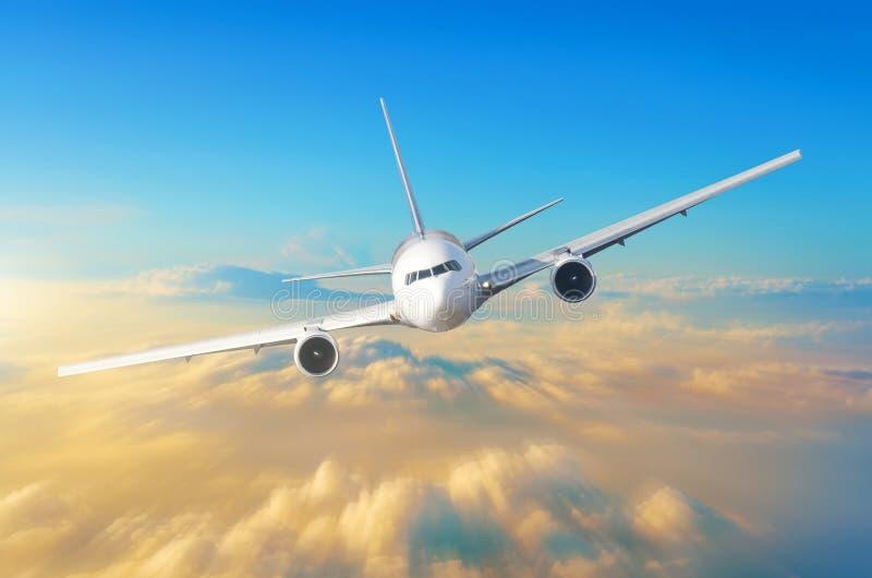 Passagierflugzeug fliegt hohe Geschwindigkeit im Himmel über den Wolken und der orange Sonnenuntergang, die Ansicht ist genau auf lizenzfreies stockfoto