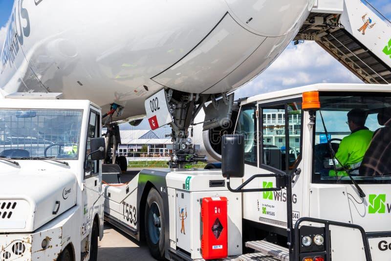 Passagierflugzeug geschleppter Flughafen stockbilder