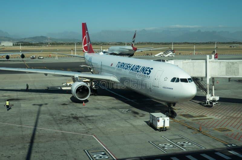 Passagierflugzeug von Turkish Airlines an internationalem Flughafen Cape Towns stockbild