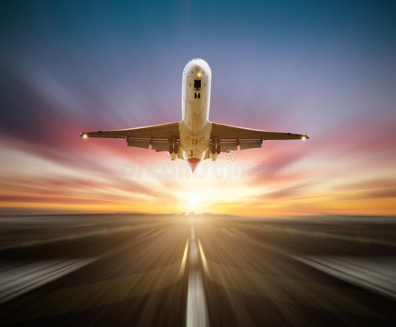 Passagierflugzeug, welches die Rollbahn, Unschärfebewegungseffekt als Hintergrund entfernt lizenzfreie stockbilder