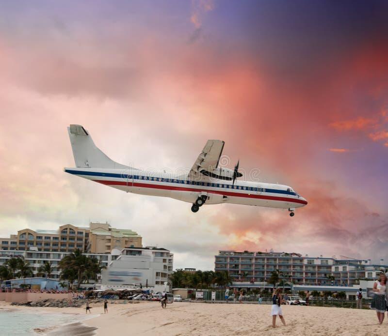 Passagierflugzeug wenige Momente vor der Landung nahe dem Strand stockfotografie
