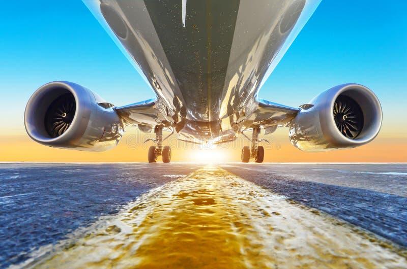Passagierflugzeug wird, Ansicht von unterhalb mit hellem Licht geparkt stockfotografie