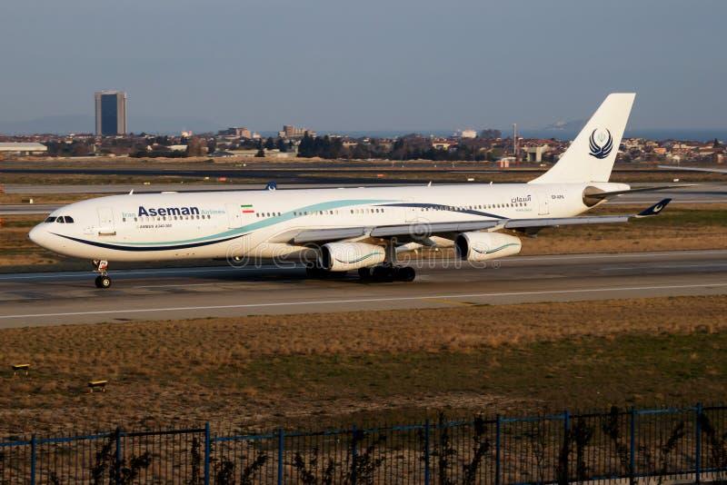 Passagierflugzeugabfahrt Iran Aseman Airliness Airbus A340-300 EP-APA in Istanbul Ataturk stockbilder