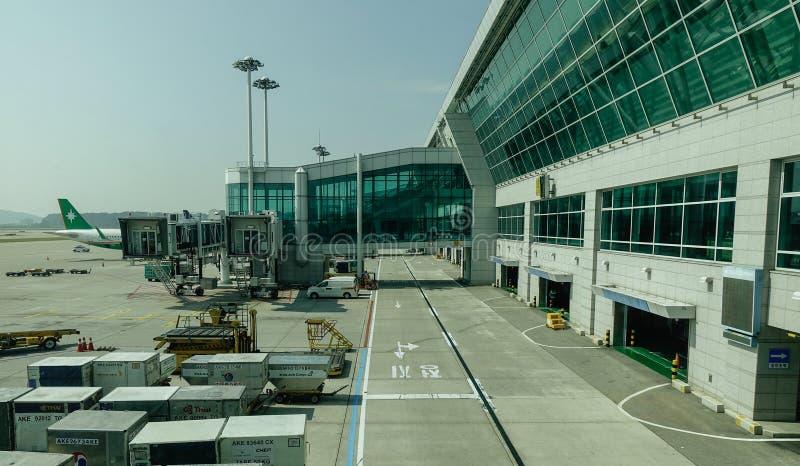 Passagierflugzeugankern am Flughafen lizenzfreie stockfotografie