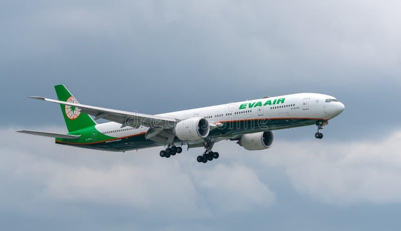 Passagierflugzeuge Boeing 777 von Eva Air-Fliege über Stadtgebieten bereiten sich zur Landung bei Tan Son Nhat International Airp lizenzfreies stockfoto