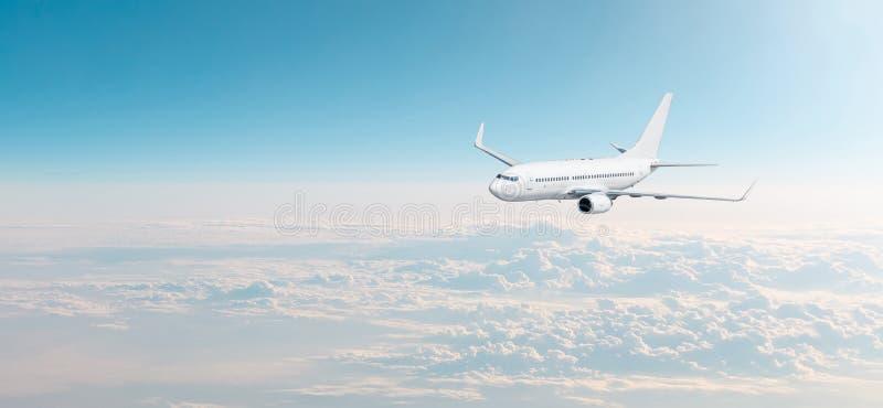 Passagierflugzeuge cloudscape mit weißem Flugzeug fliegt in die Abendhimmelüberwendlingsnaht, Panoramaansicht stockfotografie