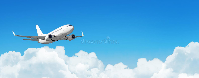 Passagierflugzeuge cloudscape mit weißem Flugzeug fliegt in die Tageshimmelkumuluswolken, Panoramaansicht lizenzfreie stockfotos