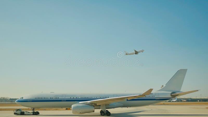 Passagierflugzeugfliege oben über Startrollbahn vom Flughafen stockfoto