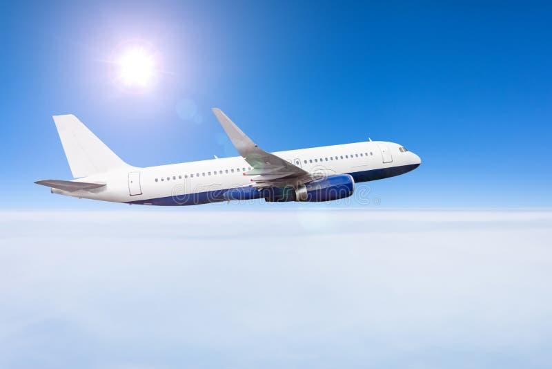 Passagierflugzeugfliegen in der Tageshimmel cloudscape Überwendlingsnaht stockfotografie
