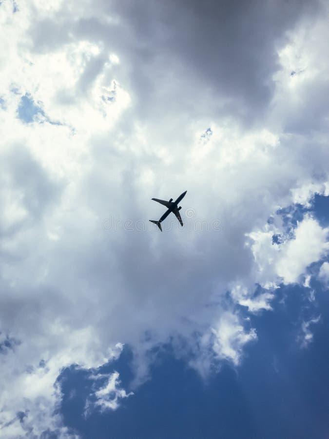 Passagierflugzeugfliegen im blauen Wolkenhimmel stockbilder