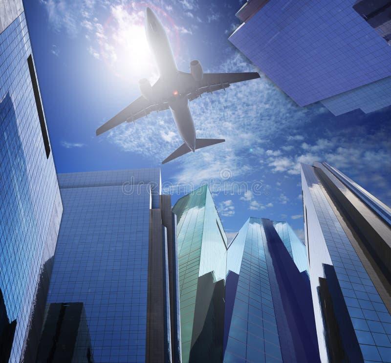 Passagierflugzeugfliegen ove rmodern Bürogebäude gegen Blau stockbilder